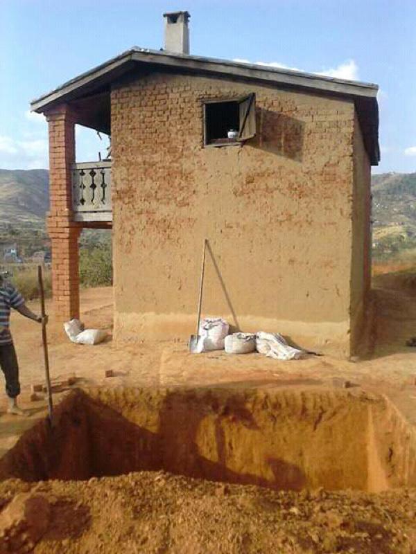 NaTiNo e.V. in Madagaskar - Eine Grube für eine Biogasanlage wird ausgehoben.