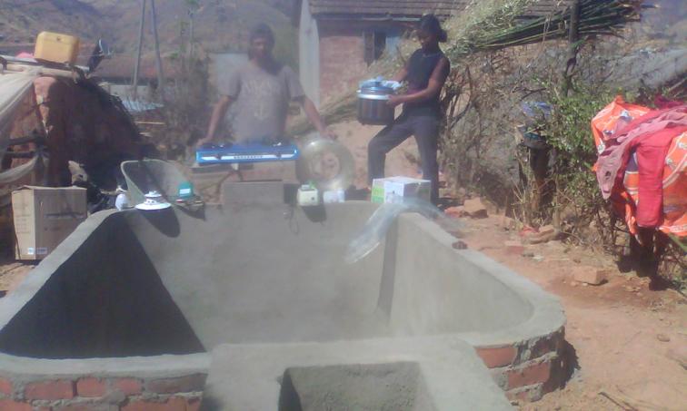 NaTiNo e.V. in Madagaskar - Kocher und anderes Zubehör wurden mitgeliefert. Der Bauer heißt Eli und ist hier zusammen mit seiner Frau abgebildet.