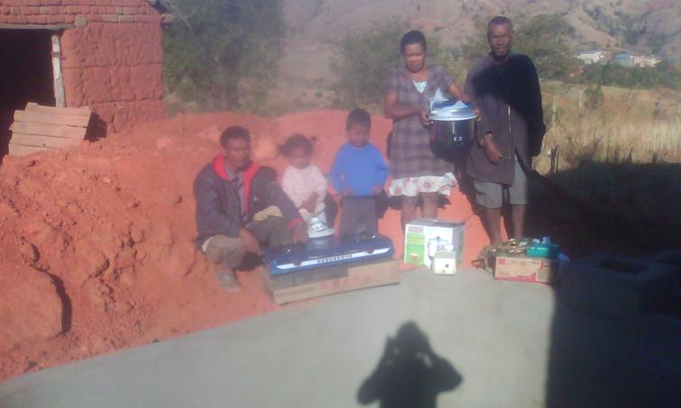 NaTiNo e.V. in Madagaskar - Hier ist die zweite Bauernfamilie mit ihrem Zubehör. Dazu gehört auch eine Gaslampe für Licht.