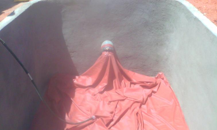 NaTiNo e.V. in Madagaskar - In diesem Gummibeutel erfolgt zukünftig der Gärprozess für die Herstellung von Biogas.